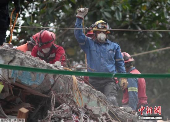 当地时间9月21日,墨西哥首都墨西哥城地震救援人员举起拳头示意保持安静,这样才能更好的听到废墟下的声音。这个手势迅速流传,有网友说握拳高举既能示意肃静,也代表坚强和希望。19日中午发生在墨西哥中部的7.1级地震已造成至少245人遇难。图为救援人员在废墟上举起拳头,示意周边安静。