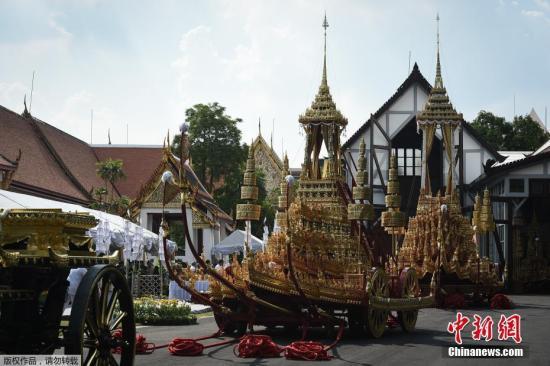"""当地时间2017年9月21日,泰国曼谷,一辆造型精美的""""战车""""亮相,该车将用于泰国已故国王普密蓬火化仪式时的灵柩运送。火化仪式定于10月26日举行,包括精心准备的宫廷仪式以及佛教仪式。"""