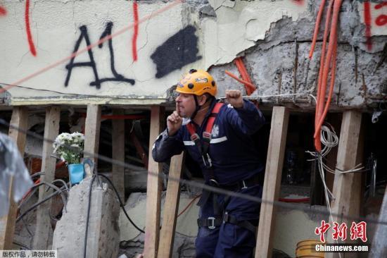 当地时间9月21日,墨西哥首都墨西哥城地震救援人员举起拳头示意保持安静,这样才能更好的听到废墟下的声音。这个手势迅速流传,有网友说握拳高举既能示意肃静,也代表坚强和希望。19日中午发生在墨西哥中部的7.1级地震已造成至少245人遇难。图为救援人员示意周边工作人员安静。