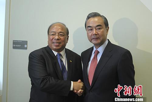 当地时间9月21日,中国外交部长王毅在纽约出席联合国大会期间会见缅甸国家安全顾问当吞。 中新社记者 马德林 摄