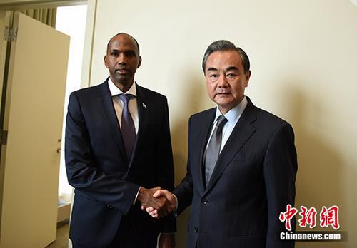 当地时间9月21日,中国外交部长王毅(右)在纽约出席联合国大会期间会见索马里总理海莱。 中新社记者 刁海洋 摄