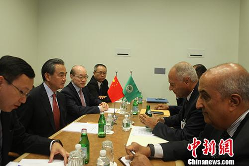 当地时间9月21日,中国外交部长王毅在纽约出席联合国大会期间会见阿拉伯国家联盟秘书长盖特。 中新社记者 马德林 摄