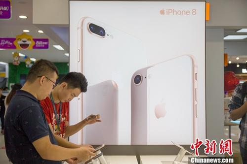 iPhone8开售遇冷:顾客只玩不买没有出现排队现象