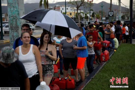 物资缺乏,波多黎各民众在加油站排队购买汽油。