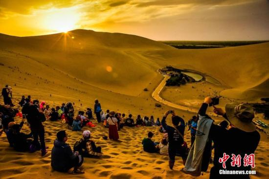 美丽的大漠风光吸引了成千上万的中外游客前来观光游览。 王斌银 摄