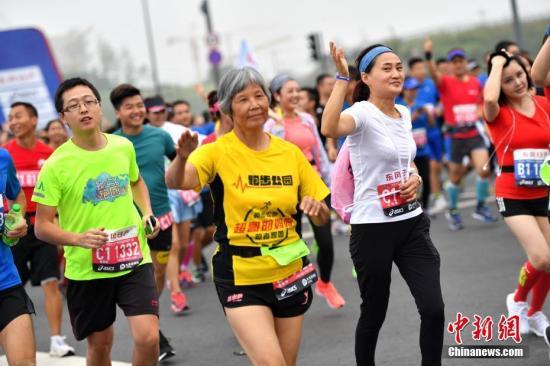 9月23日上午,2017成都国际马拉松在成都市天府新区西博城鸣枪开跑,吸引了约2万名参赛选手参与。 张浪 摄