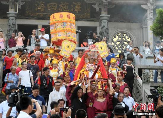 """9月23日,福建湄洲妈祖祖庙的妈祖金身起驾赴台,展开为期17天的绕境巡安。妈祖是海峡两岸最具影响力的""""海上保护神""""。在台湾,妈祖信众超过1600万人,占台湾地区总人口2/3。1997年,湄洲妈祖金身曾巡游台湾102天,台湾万人空巷,盛况空前。此次妈祖再度巡台,将经过台北市、新北市、基隆市、桃园县、嘉义市、云林县、彰化县、台中市等10个县市89个妈祖宫庙,其中北台湾42个,台湾中部47个。 张斌 摄"""