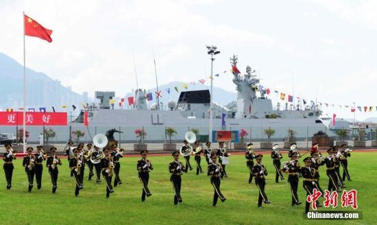 图为驻港部队军乐团表演。 中新社记者 徐冬冬 摄