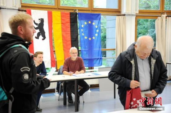 当地时间9月24日上午,德国第十九届联邦议院选举正式拉开帷幕。本届德国大选共有符合资格选民6150万人,其结果将决定下届总理人选和政府组成。图为当天上午8时在首都柏林的一处投票站内,工作人员查验前来投票选民的证件。 <a target='_blank' href='http://www.chinanews.com/'>中新社</a>记者 彭大伟 摄