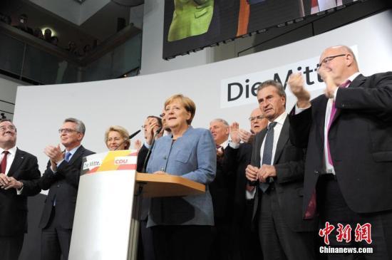 当地时间9月24日18时,2017年德国联邦议院选举正式结束投票。根据德国电视一台当晚21时50分公布的最新出口民调,默克尔领导的联盟党获得了33%的选票,使其保持了国会第一大党的位置,也使得默克尔开启其第四个总理任期理论上只是时间问题。图为默克尔当晚在基民盟选举集会上发言。/p中新社记者 彭大伟 摄