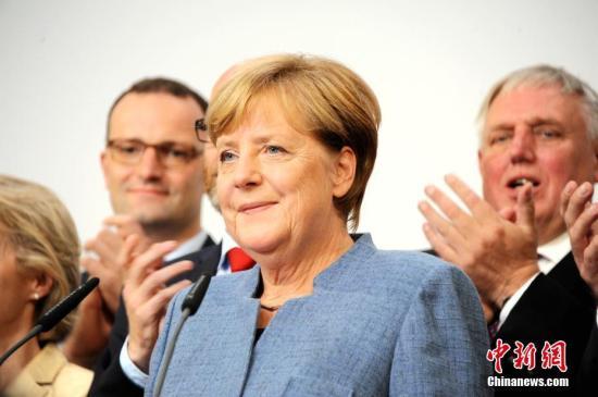 当地时间9月24日18时,2017年德国联邦议院选举正式结束投票。根据德国电视一台当晚21时50分公布的最新出口民调,默克尔领导的联盟党获得了33%的选票,使其保持了国会第一大党的位置,也使得默克尔开启其第四个总理任期理论上只是时间问题。图为默克尔当晚在基民盟选举集会上发言。中新社记者 彭大伟 摄