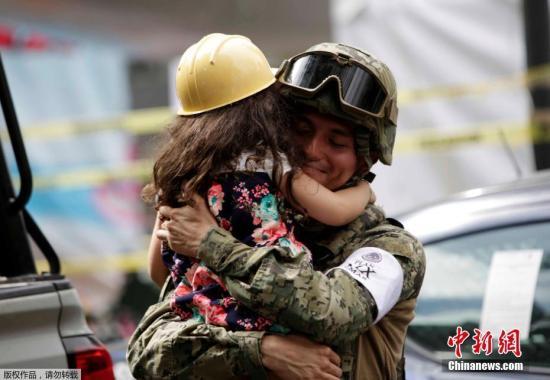 当地时间9月19日13时左右,墨西哥莫雷洛斯州发生7.1级地震,震源深度57公里,墨西哥首都墨西哥城在这次地震中受到严重打击,道路中断房屋倒塌,造成数百人伤亡。天灾带来的是生离死别的悲伤,但在悲伤中,总有一些画面给予人们一丝温暖。   9月23日,墨西哥市,一名女孩拥抱一名墨西哥海军陆战队军官,她在地震后向倒塌建筑工地附近的人们献上拥抱。