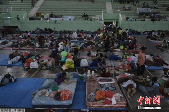 当地时间2017年9月25日,印尼巴厘岛,受阿贡火山活动影响,民众转移至临时避难所。