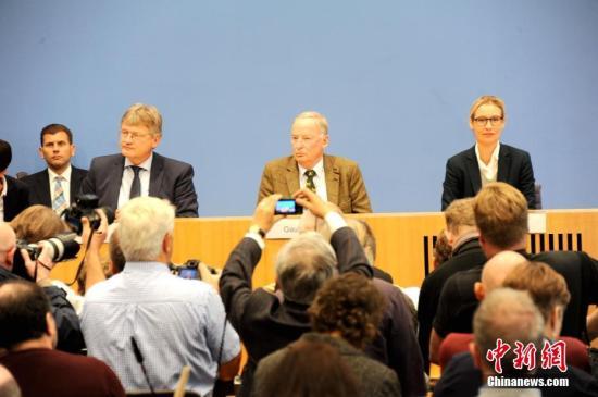 当地时间9月25日,被认为具有极右翼民粹色彩的德国选择党(AfD)主席及大选参选人在柏林与媒体见面。成立仅4年的AfD在本届德国大选中得票达到12.6%,成为国会第三大党。这是德国自第二次世界大战后首次有极右民粹政党进入国会。中新社记者 彭大伟 摄