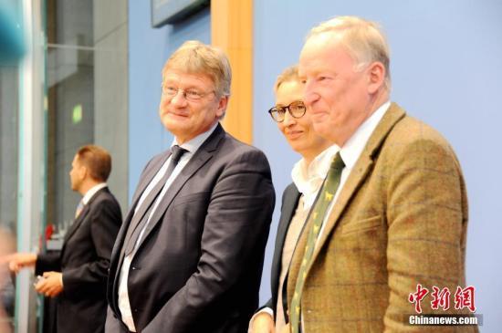 当地时间9月25日,被认为具有极右翼民粹色彩的德国选择党(AfD)主席及大选参选人在柏林与媒体见面。成立仅4年的AfD在本届德国大选中得票达到12.6%,成为国会第三大党。这是德国自第二次世界大战后首次有极右民粹政党进入国会。图为当天与其他党魁不欢而散的党主席佩特里(左)简单发言后退出发布会。中新社记者 彭大伟 摄