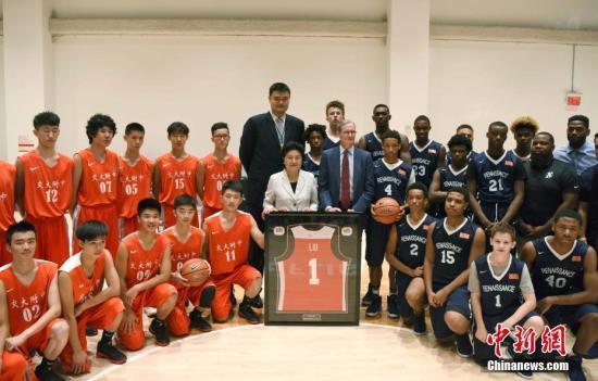 当地时间9月25日,中国国务院副总理刘延东在Nike纽约总部观看中美中学生男篮友谊赛,并与双方球员合影留念。中新社记者 刁海洋 摄