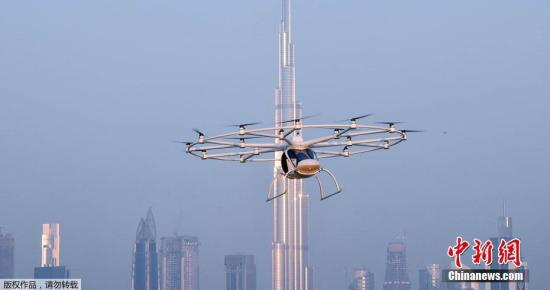 当地时间2017年9月25日,阿联酋迪拜,迪拜王储马克图姆试乘一架概念飞机Volocopter,这款无人驾驶的2座概念机未来将用于空中的士服务上。据了解,这款Volocopter项目的开发从2010年就开始,无需驾驶员即可搭载两位乘客,最高时速可达100km/h,目前最新的2X机型在75km/h的时速下,最大续航里程为27公里,且能够垂直起降。另外该机型的充电时间仅有2小时,快速充电时间则少于40分钟。该飞机还配有安全通信网络和紧急降落伞。