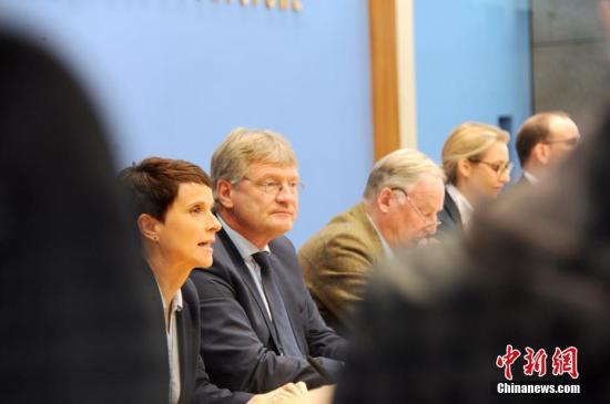 资料图:当地时间9月25日,被认为具有极右翼民粹色彩的德国选择党(AfD)主席及大选参选人在柏林与媒体见面。成立仅4年的AfD在本届德国大选中得票达到12.6%,成为国会第三大党。。中新社记者 彭大伟 摄