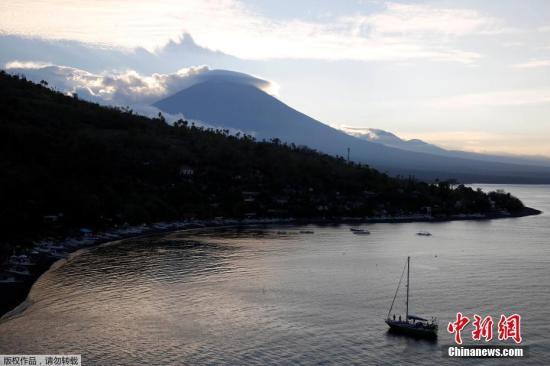 自8月以来,巴厘岛阿贡火山地壳活动持续增强,很可能在沉寂50多年后再度喷发。阿贡火山喷发周期约为50年,最近一次强烈喷发发生于1963年,造成约1100人死亡。图为阿贡火山。