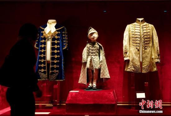 """9月27日,""""茜茜公主与匈牙利:17-19世纪匈牙利贵族生活""""在北京故宫博物院开幕,这是匈牙利文物首次在故宫博物院展出。本次展览向观众呈现的149件珍贵文物均来自匈牙利国家博物馆。 记者 杜洋 摄"""