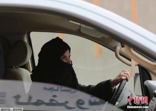 """""""女性禁驾令""""将废除 沙特女性明年有望自己驾车"""