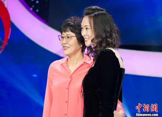 图为郎平(左)与惠若琪(右)合影。 中新网记者 李卿 摄