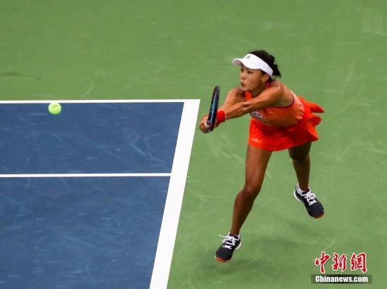 9月27日,王蔷在比赛中。当日,2017赛季武汉网球公开赛展开女单第三轮较量。仅存的中国选手王蔷没能抵挡住赛会3号种子捷克选手普利斯科娃的攻势,以2-6、1-6的比分遭到横扫无缘8强。 中新社记者 张畅 摄