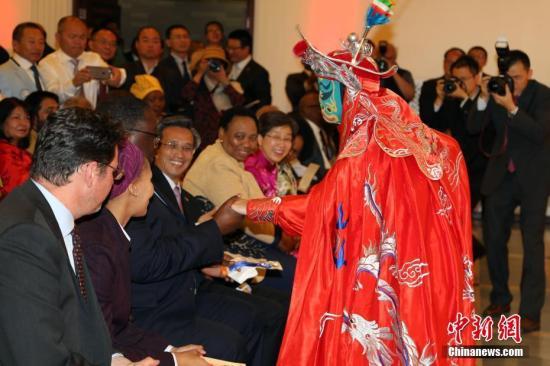 9月26日,中国驻南非大使林松添在使馆隆重举行国庆68周年招待会。图为宁夏歌舞团为来宾献上了变脸等精彩节目。 中新社记者 宋方灿 摄