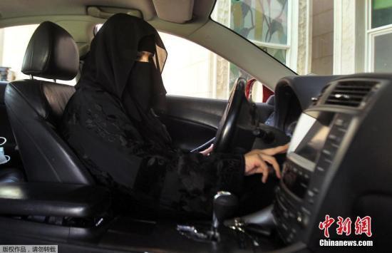 资料图:一名沙特女性正驾驶车辆。
