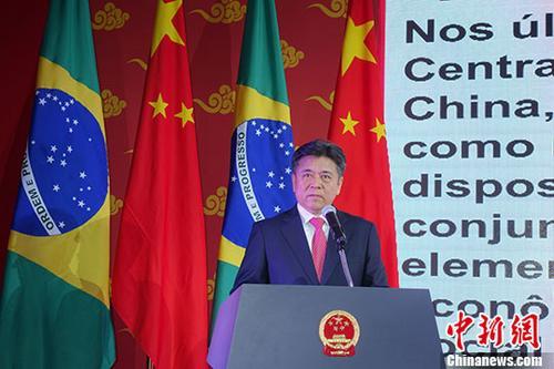 当地时间9月26日晚,中国驻巴西大使李金章在巴西利亚举行国庆招待会,热烈庆祝中华人民共和国成立68周年。图为中国驻巴西大使李金章致辞。 <a target='_blank' href='http://www.chinanews.com/'>中新社</a>记者 莫成雄 摄