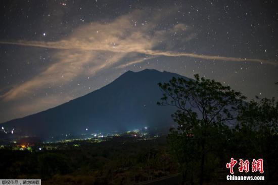 资料图:印尼阿贡火山。