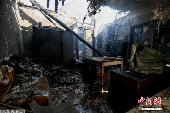 乌克兰当地时间26日21时(北京时间27日2时)左右,乌中部文尼察州卡利诺夫卡市郊区的一座军火库发生爆炸。据乌克兰国家紧急情况局消息,爆炸发生后,为防止人员伤亡,附近3万居民已被疏散转移,约700名救援人员参与救援。目前火情已得到控制,截至目前,2人在疏散中受伤,但无生命危险。爆炸发生后,当地供电和供气被迅速切断,方圆50公里范围内的地面和空中交通被封锁。无人机侦察显示,70%的弹药库没有受爆炸殃及,受损弹药约占军火库总量的30%。经过对相关证据进行分析,乌克兰军事检察院27日已初步判定,26日晚发生的军火库爆炸系人为破坏,并已全面展开刑事调查。据乌军方透露,26日晚军火库值班人员曾听到无...