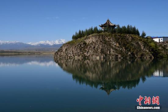 资料图:甘肃肃南草原秋日景象。 武雪峰 摄