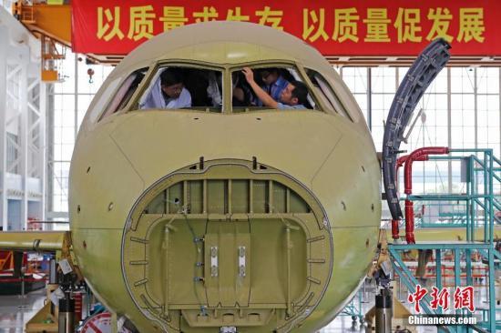 在上海飞机制造公司大场基地,工作人员正在认真的进行总装工作。 殷立勤 摄