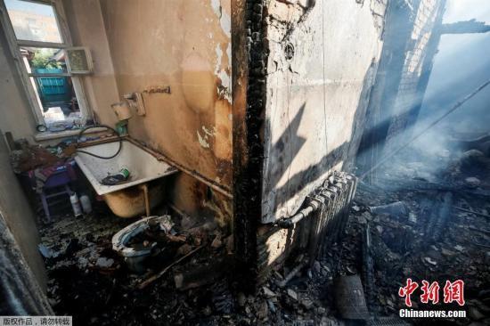 乌克兰当地时间9月26日21时(北京时间27日2时)左右,乌中部文尼察州卡利诺夫卡市郊区的一座军火库发生爆炸。据乌克兰国家紧急情况局消息,爆炸发生后,为防止人员伤亡,附近3万居民已被疏散转移,约700名救援人员参与救援。目前火情已得到控制,截至目前,2人在疏散中受伤,但无生命危险。爆炸发生后,当地供电和供气被迅速切断,方圆50公里范围内的地面和空中交通被封锁。无人机侦察显示,70%的弹药库没有受爆炸殃及,受损弹药约占军火库总量的30%。经过对相关证据进行分析,乌克兰军事检察院27日已初步判定,26日晚发生的军火库爆炸系人为破坏,并已全面展开刑事调查。据乌军方透露,26日晚军火库值班人员曾听...