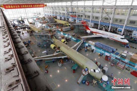 日前,6架国产ARJ21支线客机同时在上海飞机制造公司大场基地总装,这也创下了上海民机制造业同时总装飞机的数量纪录。不久,第3架ARJ21飞机将交付给成都航空。成都航空成为目前全球唯一的拥有中国民机ARJ21机队的航空公司。 殷立勤 摄