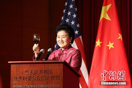 当地时间9月27日晚,正在华盛顿出席首轮中美社会和人文对话的中国国务院副总理刘延东出席中国驻美国使馆2017年国庆招待会。图为刘延东举杯祝酒。 中新社记者 邓敏 摄