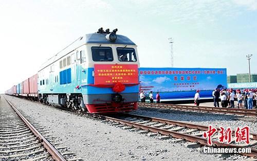 9月28日,中新互联互通南向通道海铁联运常态化班列(北部湾港-重庆)在广西钦州港东站首发。中新社记者 曾开宏 摄