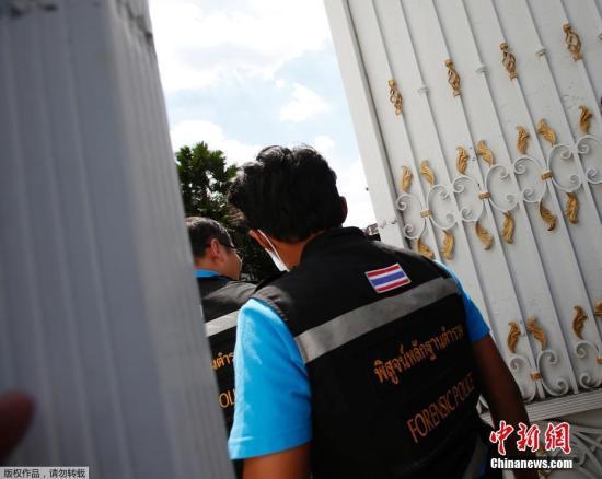 当地时间9月28日,泰国曼谷,警方和法医技术专家准备搜查泰国前总理英拉的住所。泰国总理巴育28日透露,前总理英拉目前身在阿拉伯联合酋长国的迪拜。