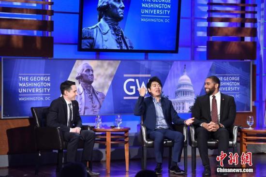 """当地时间9月28日,首轮中美社会和人文对话在华盛顿举行。中国钢琴家郎朗(中)参加中美青年代表对话活动,分享当年初到费城遭遇""""文化冲击""""的往事。中新社记者 邓敏 摄"""