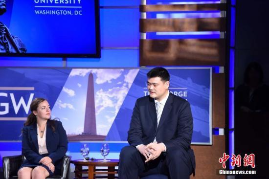 当地时间9月28日,首轮中美社会和人文对话在华盛顿举行。篮球明星姚明(右)参加中美青年代表对话活动,分享当年初到休斯敦的往事。中新社记者 邓敏 摄