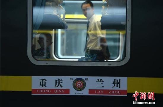 一小孩正在K4515次列车车厢内玩耍。陈超摄