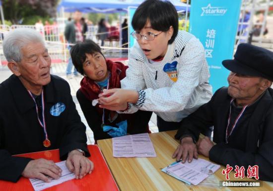 资料图:甘肃贫困听障患者受益慈善工程复聪。中新社记者 任晨鸣 摄影报道