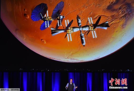 当地时间9月29日,在澳大利亚阿德莱德举行的第68届国际宇航大会上,美国著名武器制造商洛克希德-马丁公司载人航天战略首席执行官钱伯斯公布了一项关于在未来10年内抵达火星计划的新细节并介绍了该公司设计的火星登陆设备,它最大的的优势就是可以重复使用,这将大大降低探索火星的成本。图为洛克希德-马丁载人航天战略主管Rob Chambers介绍整个计划。