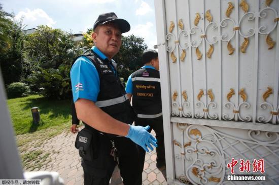资料图:当地时间9月28日,泰国曼谷,警方和法医技术专家准备搜查泰国前总理英拉的住所。