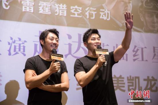 李晨(右)对福州的影迷们挥手示意。李南轩 摄
