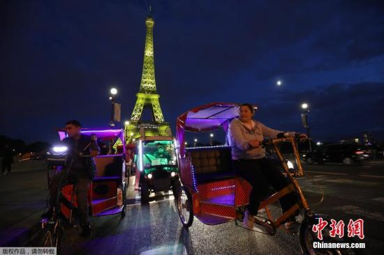 埃菲尔铁塔迎第3亿名游客举行灯光秀 流光溢彩