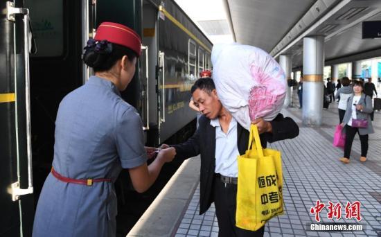 兰渝铁路上首趟开行的列车即将开行。杨艳敏摄