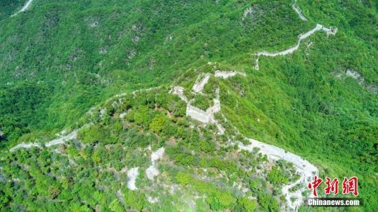 资料图:北京箭扣长城。从空中俯瞰,箭扣在山脊上延展开夺人心魄的长城全景图。 李�F 摄