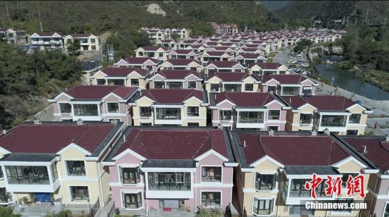 2017年9月底,随着最后一户农民搬进小别墅,经过三年时间建设,北京市延庆区铁炉村新农村改造画上句号。现在的铁炉村,一栋栋别墅整齐地排列在青山绿水间。 贾德勇 摄